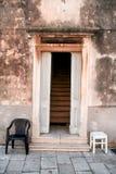 Gammalt tappningdörrhus med två stolar Royaltyfria Bilder