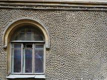 Gammalt tappningfönster och dekorerad vägg Royaltyfri Fotografi