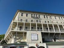 Gammalt tecken på Alcatraz straffanstaltbyggnad Fotografering för Bildbyråer