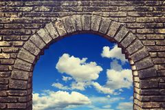 Gammalt tegelstenfönster Arkivbild