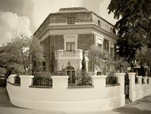 Gammalt tegelstenhus i en europeisk stad Sepia tonar Arkivfoton