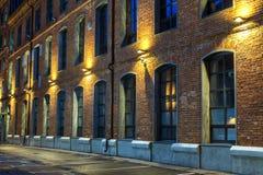 gammalt tegelstenhus Nattsikt i den gamla industriella fjärdedelen moscow hamburg royaltyfria bilder