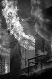 Gammalt tegelstenhus på brand Royaltyfri Fotografi