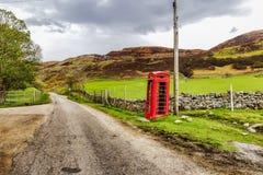 Gammalt telefonbås i de skotska högländerna arkivfoto