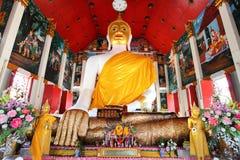 gammalt tempel för stor buddha guldhand mycket arkivfoto