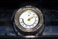 gammalt temperaturvatten för gauge royaltyfria bilder