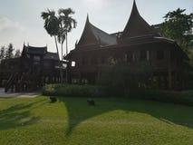 Gammalt thailändskt huslandskap Royaltyfri Foto