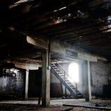 Gammalt tomt övergett rum med wood kolonner och tegelstenväggar fotografering för bildbyråer