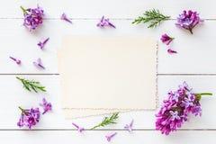 Gammalt tomt foto för det inre och ramen av nya lila blommor Arkivbilder