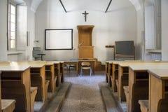 Gammalt tomt högskolaklassrum Arkivfoton