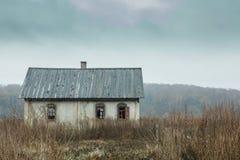 Gammalt tomt hus på höstfält Royaltyfri Foto