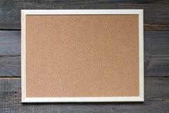 Gammalt tomt korkbräde på retro brädebakgrund för tappning Arkivbild