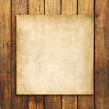 Gammalt tomt papper på brunt red ut träbakgrund royaltyfri fotografi