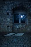 Gammalt tomt slottrum, månsken arkivfoto