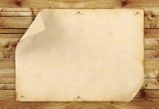 Gammalt tomt tappningpapper på wood bakgrund Royaltyfria Foton