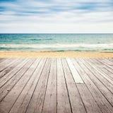Gammalt tomt träpirperspektiv på den sandiga stranden royaltyfri bild