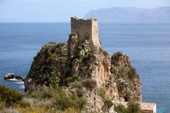 Gammalt torn av Scopello, Sicilien, Italien Arkivbilder