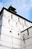 gammalt torn för fästning bluen clouds skyen Trinity Sergius Lavra Arkivbild