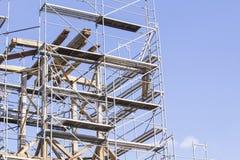 gammalt torn för klocka Återställande av det gamla klockatornet scaffolding Royaltyfria Foton