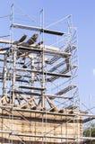 gammalt torn för klocka Återställande av det gamla klockatornet scaffolding Arkivfoton