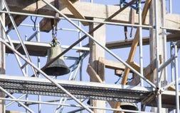 gammalt torn för klocka Återställande av det gamla klockatornet scaffolding Royaltyfri Bild