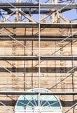 gammalt torn för klocka Återställande av det gamla klockatornet scaffolding Royaltyfri Fotografi