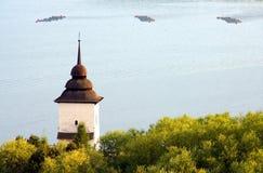 gammalt torn för kyrklig lake royaltyfria foton