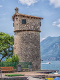 Gammalt torn på marina av den Malcesine staden, sjö Garda, Italien Arkivbild