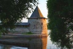 Gammalt torn på sjön arkivbild
