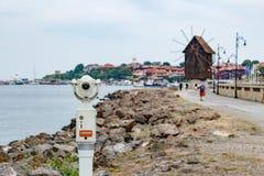 Gammalt touristic teleskop med den suddiga staden och sikt av Nesebar Fotografering för Bildbyråer