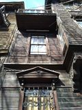 Gammalt träövergett husslut upp med många dekorativa detaljer arkivbilder