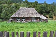 Gammalt träövergivet hus. Arkivbild