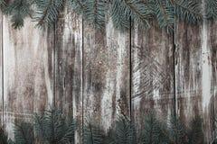 gammalt trä för bakgrund Gröna granfilialer upptill och botten Utrymme för lyckönskanmeddelande av Xmas, jul och det nya året arkivfoto
