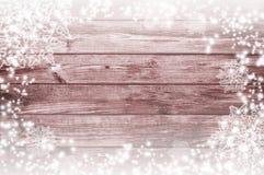 gammalt trä för bakgrund Snö på brädena vita röda stjärnor för abstrakt för bakgrundsjul mörk för garnering modell för design Royaltyfri Bild