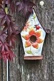 gammalt trä för birdhousestaket royaltyfria bilder