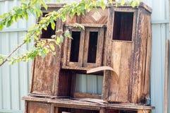 gammalt trä för dörr Knäckt sprucken målarfärg fönstret knäcktes arkivfoto