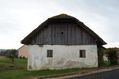 gammalt trä för ladugård Arkivbilder