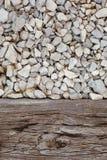 Gammalt trä med grus Arkivfoton