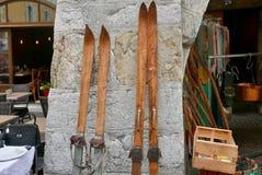 Gammalt trä skidar till salu arkivfoto