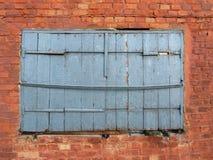 Gammalt trä stänger med fönsterluckor Royaltyfria Bilder