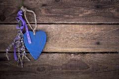 Gammalt träbräde med en hjärta Royaltyfria Bilder