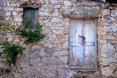 Gammalt trädörr och fönster i stenväggen, tappningstil Royaltyfri Foto