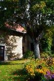 gammalt trädgårds- hus för land arkivfoto