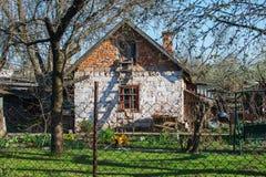 Gammalt trädgårds- hus på den soliga dagen för vår arkivfoto