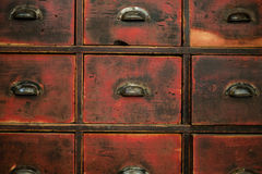 Gammalt träenhet/kabinett - tappningmöblemang arkivbild