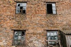 Gammalt träfönster fyra på den röda bruna tegelstenväggen, textur, backgr Arkivfoton