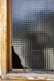 Gammalt träfönster med ett brutet exponeringsglas Royaltyfri Foto