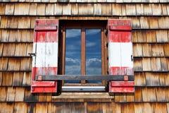 Gammalt träfönster med slutare Arkivfoton