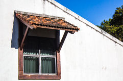 Gammalt träfönster med slutare Arkivfoto