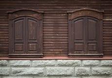 Gammalt träfönster med sned träprydnader. Stängda fönster. Arkivfoton